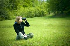 双筒望远镜女孩 免版税库存图片