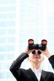 双筒望远镜女实业家使用 库存照片