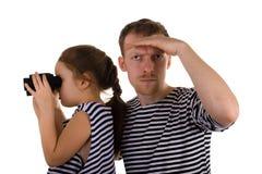 双筒望远镜爸爸女儿 免版税库存照片