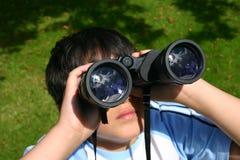双筒望远镜男孩他的使用 库存照片