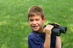双筒望远镜男孩使用 免版税库存照片