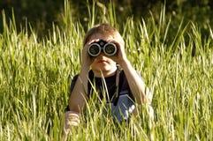 双筒望远镜男孩前面 图库摄影