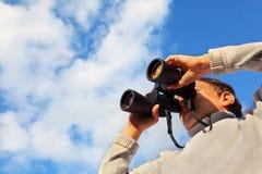 双筒望远镜男孩逗人喜爱室外 免版税库存图片