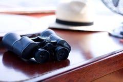 双筒望远镜表木头 免版税库存照片