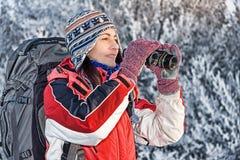 双筒望远镜远足者妇女 免版税库存图片