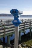 双筒望远镜,探险,木桥,多山岸,湖 免版税库存图片
