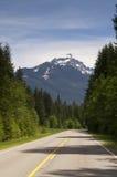 双线道高速公路风通过北部小瀑布山Washingto 库存图片