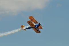 双翼飞机低stearman视图 免版税库存图片
