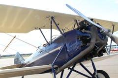双翼飞机在机场 库存照片