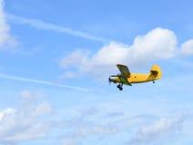 双翼飞机飞行 库存照片