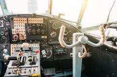 双翼飞机,方向盘的老涡轮螺旋桨发动机航空器的飞行员的驾驶舱 免版税库存图片
