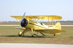 双翼飞机waco黄色 库存照片