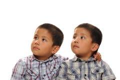 双胞胎亚裔男孩 图库摄影
