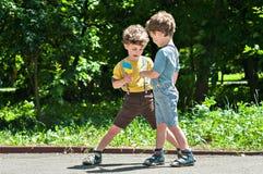 双胞胎戏剧在公园 免版税库存图片