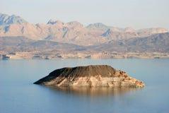 双色的海岛在湖 库存照片