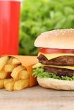 双重乳酪汉堡汉堡包和油炸物菜单膳食组合快速的foo 免版税库存照片