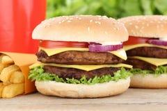 双重乳酪汉堡汉堡包和油炸物菜单膳食组合饮料 库存照片