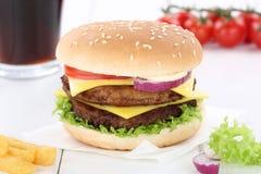 双重乳酪汉堡汉堡包菜单膳食组合饮料 免版税库存图片