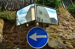 双重交通镜子 免版税库存照片