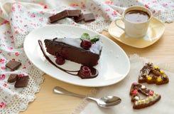 双重巧克力樱桃转储蛋糕用咖啡 免版税库存照片