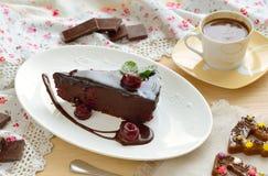 双重巧克力樱桃转储蛋糕用咖啡 图库摄影