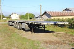 双重平板车拖车 库存照片