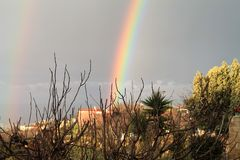 双重彩虹在乡下 免版税库存照片