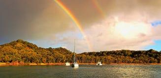双重彩虹-黄色补丁定住,从甲板有薄雾 库存照片