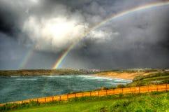 双重彩虹Crantock海湾和海滩北部康沃尔郡在Newquay附近的英国英国在HDR 免版税库存图片