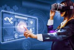 双重曝光未来VR耳机,在衣服的妇女事务使用手指体验从现代创新的最佳的技术, 免版税库存照片