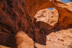 双重曲拱中间天在拱门国家公园,犹他 图库摄影