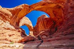 双重曲拱在拱门国家公园,犹他,美国 免版税库存图片