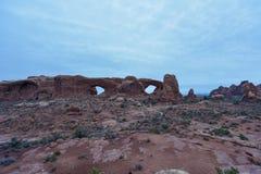 双重曲拱在晚上 免版税库存图片