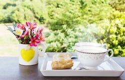 双重杯子热的咖啡用饼和花在自然视图 库存图片