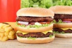 双重汉堡汉堡包和油炸物菜单膳食组合饮料 免版税库存图片