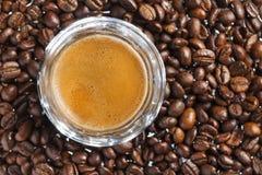 双重浓咖啡和咖啡豆 免版税库存图片