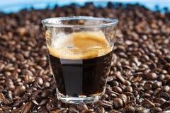 双重浓咖啡和咖啡豆 库存照片