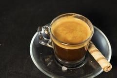 双重浓咖啡和薄酥饼卷有黑背景 库存照片