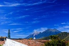 双重火山视图,安提瓜岛,危地马拉 库存照片