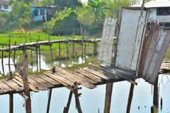 双重由熟练的人民的桥梁老木门 免版税库存照片