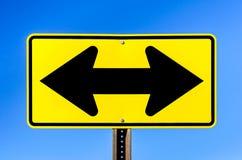 双重箭头黄色交通标志 库存图片