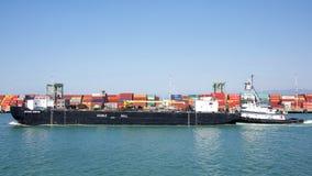 双重船体石油驳船通过奥克兰的港伯尼BRIERE 库存照片