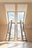 双重阳台窗口在顶楼 免版税库存照片