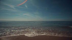 双重风景 有少量泡沫似的波浪的平静的海和与少量飞机足迹的蓝天 股票视频