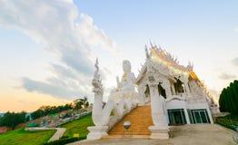 双重龙和观世音菩萨雕象在Wat Huay Pla康 免版税图库摄影