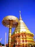 双重龙寺庙的清迈金黄塔 免版税库存照片