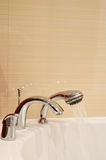 双重龙头白色木盆或水槽 图库摄影