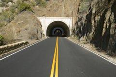 双重黄色线路导致隧道通过在高速公路33的一座山在Ojai,文图拉县加利福尼亚 库存照片