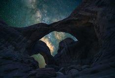 双零拱门在夜空下 库存图片