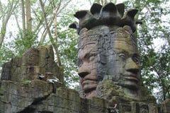 双面孔一个古老石雕象在一个寺庙的在印度尼西亚 库存图片